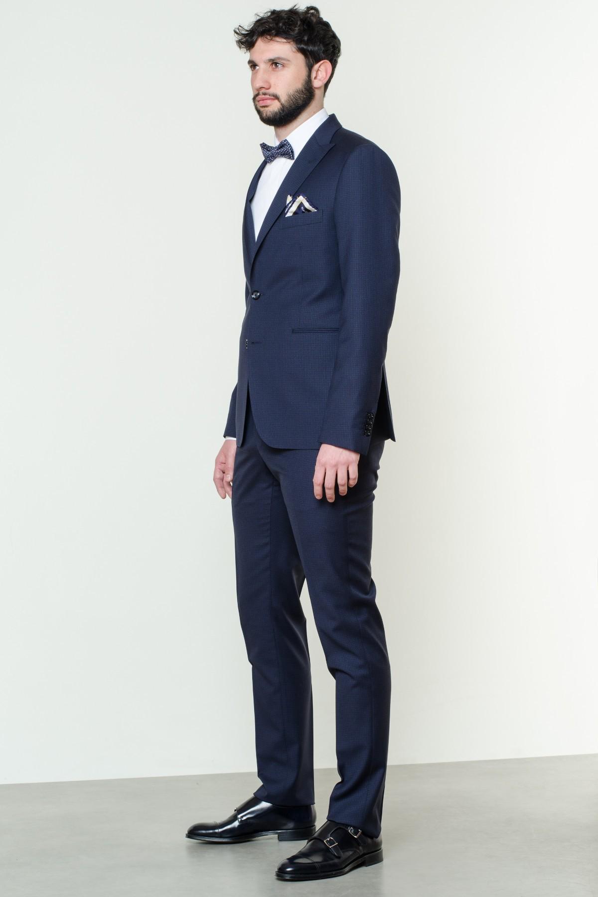 L'ABITO È sicuramente il capo di abbigliamento più elegante per un uomo, a patto che si sappia abbinarlo all'occasione o all'evento per cui si è chiamati a indossarlo.