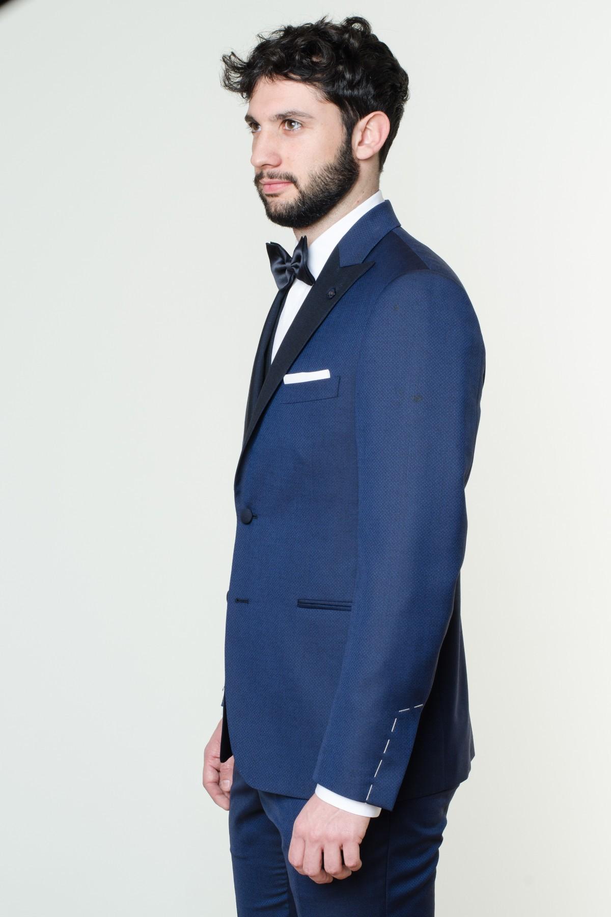 Uniforme del gentleman contemporaneo. L'abito da uomo è confezionato in infinite varianti, ognuna adatta a un'occasione diversa. Il monopetto è il più essenziale e si presta ad un look da indossare in ufficio. Più sofisticati invece doppiopetto, smoking e frac, ideali per un abito da cerimonia.