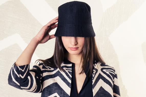 Look 116 - Black & White - ALPHA cappello, SAUCONY sneakers, BRIAN DALES soprabito, camicia e pantaloni