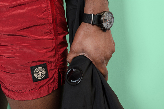 Orologio da polso Timex, giacca a vento CP Company, costume da bagno Stone Island